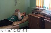 Лечение при помощи электрофореза. Девочка на процедуре прогревания грудной клетки (2015 год). Редакционное видео, видеограф Кекяляйнен Андрей / Фотобанк Лори