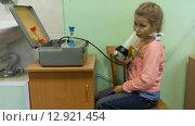 Девочка на прогревании в физиотерапевтическом кабинете. Аппарат КУФ для слизистых носа. (2015 год). Редакционное видео, видеограф Кекяляйнен Андрей / Фотобанк Лори