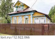 Купить «Старый жилой дом в Мышкине», эксклюзивное фото № 12922066, снято 7 августа 2015 г. (c) Алёшина Оксана / Фотобанк Лори