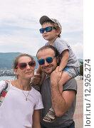 Купить «Счастливая семья с ребенком на курорте», фото № 12926274, снято 22 марта 2019 г. (c) Светлана Кузнецова / Фотобанк Лори