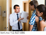 Debt collector and couple at the doorway. Стоковое фото, фотограф Яков Филимонов / Фотобанк Лори