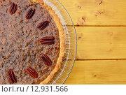 Half pecan pie served on a glass plate. Стоковое фото, фотограф Sarah Marchant / PantherMedia / Фотобанк Лори