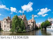 Купить «Средневековые дома на берегу канала в Брюгге,  Rozenhoedkaai», фото № 12934026, снято 28 мая 2015 г. (c) Валерия Потапова / Фотобанк Лори