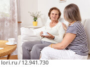 Купить «Carer having a cup of tea with an elderly woman», фото № 12941730, снято 2 апреля 2020 г. (c) PantherMedia / Фотобанк Лори