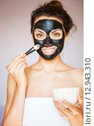Молодая женщина с маской из черной лечебной грязи для лица. Стоковое фото, фотограф Дарья Петренко / Фотобанк Лори