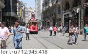 Купить «Ретро трамвай едет по улице Таксим в Стамбуле», видеоролик № 12945418, снято 23 октября 2015 г. (c) Наталья Волкова / Фотобанк Лори