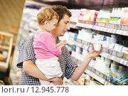 Купить «man and child making shopping», фото № 12945778, снято 15 августа 2013 г. (c) Дмитрий Калиновский / Фотобанк Лори