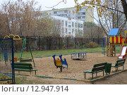 Детская площадка во дворе дома улица Красноярская 3 к 2 (2015 год). Стоковое фото, фотограф Александр Устинов / Фотобанк Лори