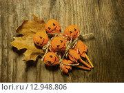 Купить «Хэллоуин, самодельные украшения на столе», фото № 12948806, снято 11 октября 2015 г. (c) Ирина Новак / Фотобанк Лори