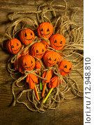 Купить «Хэллоуин, самодельные украшения на столе», фото № 12948810, снято 11 октября 2015 г. (c) Ирина Новак / Фотобанк Лори