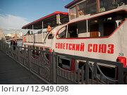 Купить «Прогулочное судно стоит у причала», эксклюзивное фото № 12949098, снято 30 сентября 2015 г. (c) Svet / Фотобанк Лори