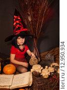 Купить «Маленькая девочка в костюме ведьмы», фото № 12950934, снято 23 октября 2014 г. (c) Останина Екатерина / Фотобанк Лори