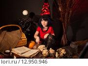 Купить «Маленькая девочка  в образе ведьмы на Хэллоуин», фото № 12950946, снято 23 октября 2014 г. (c) Останина Екатерина / Фотобанк Лори