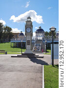 Часы и фонтан на набережной Камы (2015 год). Редакционное фото, фотограф Сергей Кожин / Фотобанк Лори