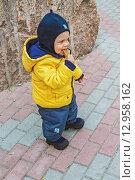 Купить «Мальчик ест печенье», фото № 12958162, снято 15 октября 2013 г. (c) Наталья Степченкова / Фотобанк Лори