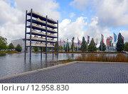 Купить «Пруд около западного входа выставочного центра Messe Munchen (New Munich Trade Fair Centre) - Мюнхен, Германия», эксклюзивное фото № 12958830, снято 17 сентября 2013 г. (c) Александр Замараев / Фотобанк Лори