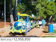 Купить «Туристический прогулочный поезд Пореч, Истрия, Хорватия», фото № 12958850, снято 4 августа 2014 г. (c) Татьяна Кахилл / Фотобанк Лори