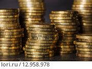 Стопки золотых монет на черном фоне. Стоковое фото, фотограф Виктор Колдунов / Фотобанк Лори