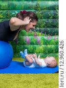 Мама с маленьким ребенком делают гимнастику. Стоковое фото, фотограф Евгений Чернышов / Фотобанк Лори