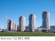 Купить «Хабаровск, вид на современную улицу с высотными зданиями», фото № 12961490, снято 14 октября 2015 г. (c) Катерина Белякина / Фотобанк Лори