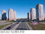Купить «Шоссе проходит среди высотных зданий», фото № 12961510, снято 14 октября 2015 г. (c) Катерина Белякина / Фотобанк Лори