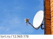 Купить «Спутниковая антенна на стене», фото № 12969178, снято 7 мая 2015 г. (c) Андрей Чернов / Фотобанк Лори