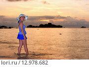 Купить «Visitors woman looking the sunrise over the sea», фото № 12978682, снято 20 июня 2019 г. (c) PantherMedia / Фотобанк Лори