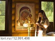 Купить «Русская женщина молится в церкви», фото № 12991498, снято 22 июля 2015 г. (c) Дмитрий Черевко / Фотобанк Лори