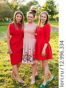 Купить «Три счастливых девушки стоят в обнимку на прогулке», эксклюзивное фото № 12996334, снято 6 июня 2015 г. (c) Игорь Низов / Фотобанк Лори