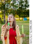 Купить «Молодая девушка пускает мыльные пузыри», эксклюзивное фото № 12996338, снято 6 июня 2015 г. (c) Игорь Низов / Фотобанк Лори