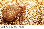 Купить «Золотые женские аксессуары. Золотые наручные часы и кошелек со стразами на золотых пайетках», фото № 12997938, снято 28 октября 2015 г. (c) Photobeauty / Фотобанк Лори