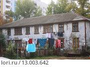 Старый дом на фоне новостройки. Стоковое фото, фотограф Мария Северина / Фотобанк Лори