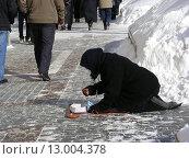 Купить «Нищая старушка просит милостыню на Моховой улице в Москве», эксклюзивное фото № 13004378, снято 23 февраля 2010 г. (c) lana1501 / Фотобанк Лори