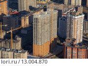 Купить «Вид сверху на строительную площадку жилого многоэтажного дома в новом микрорайоне Подмосковья», фото № 13004870, снято 18 ноября 2013 г. (c) Николай Винокуров / Фотобанк Лори