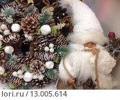 Купить «Санта Клаус и новогоднее украшение», фото № 13005614, снято 5 ноября 2015 г. (c) Светлана Голубкова / Фотобанк Лори