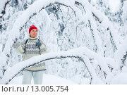 Женщина среднего возраста в зимнем лесу. Стоковое фото, фотограф Petri Jauhiainen / Фотобанк Лори
