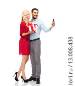 Купить «happy couple with smartphone and gift boxes», фото № 13008438, снято 3 октября 2015 г. (c) Syda Productions / Фотобанк Лори