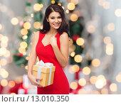 Купить «beautiful sexy woman in red dress with gift box», фото № 13010350, снято 25 сентября 2015 г. (c) Syda Productions / Фотобанк Лори