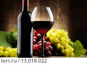 Купить «Composition with glass, bottle of red wine and fresh grapes», фото № 13018022, снято 24 мая 2019 г. (c) PantherMedia / Фотобанк Лори