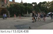 Купить «Люди и дети играют с цветными мыльными пузырями на холме Монжуик. Барселона, Каталония, Испания», видеоролик № 13024438, снято 10 октября 2015 г. (c) Ekaterina Andreeva / Фотобанк Лори
