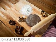 Купить «close up of ginger dough, molds and rolling pin», фото № 13030550, снято 7 октября 2015 г. (c) Syda Productions / Фотобанк Лори