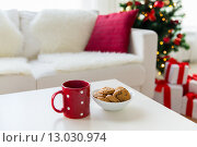 Купить «close up of christmas cookies and red cup on table», фото № 13030974, снято 7 октября 2015 г. (c) Syda Productions / Фотобанк Лори