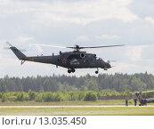 Купить «Взлетает вертолет Ми-24», фото № 13035450, снято 17 июня 2015 г. (c) Ekaterina Andreeva / Фотобанк Лори