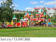 Купить «Детская игровая площадка в виде Кремля в городском парке в Люблине в Москве», эксклюзивное фото № 13041866, снято 25 июля 2015 г. (c) lana1501 / Фотобанк Лори