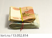 Две пачки тысячных и пятитысячных купюр перетянутые резинкой. Стоковое фото, фотограф Ивашков Александр / Фотобанк Лори