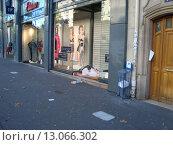Бездомный в Париже (2012 год). Редакционное фото, фотограф Сергей Антоневич / Фотобанк Лори