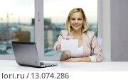 Купить «businesswoman showing blank paper card at office», видеоролик № 13074286, снято 31 октября 2015 г. (c) Syda Productions / Фотобанк Лори