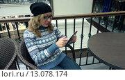 Женщина пользуется планшетом. Стоковое видео, видеограф Земсков Андрей  Владимирович / Фотобанк Лори