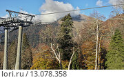 Купить «Канатная дорога в горах Красной Поляны, осенняя природа, вершины в облаках», фото № 13078358, снято 28 октября 2015 г. (c) DiS / Фотобанк Лори