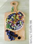 Купить «Круглый пирог с ягодами винограда», фото № 13079190, снято 20 августа 2018 г. (c) Афанасьева Ольга / Фотобанк Лори